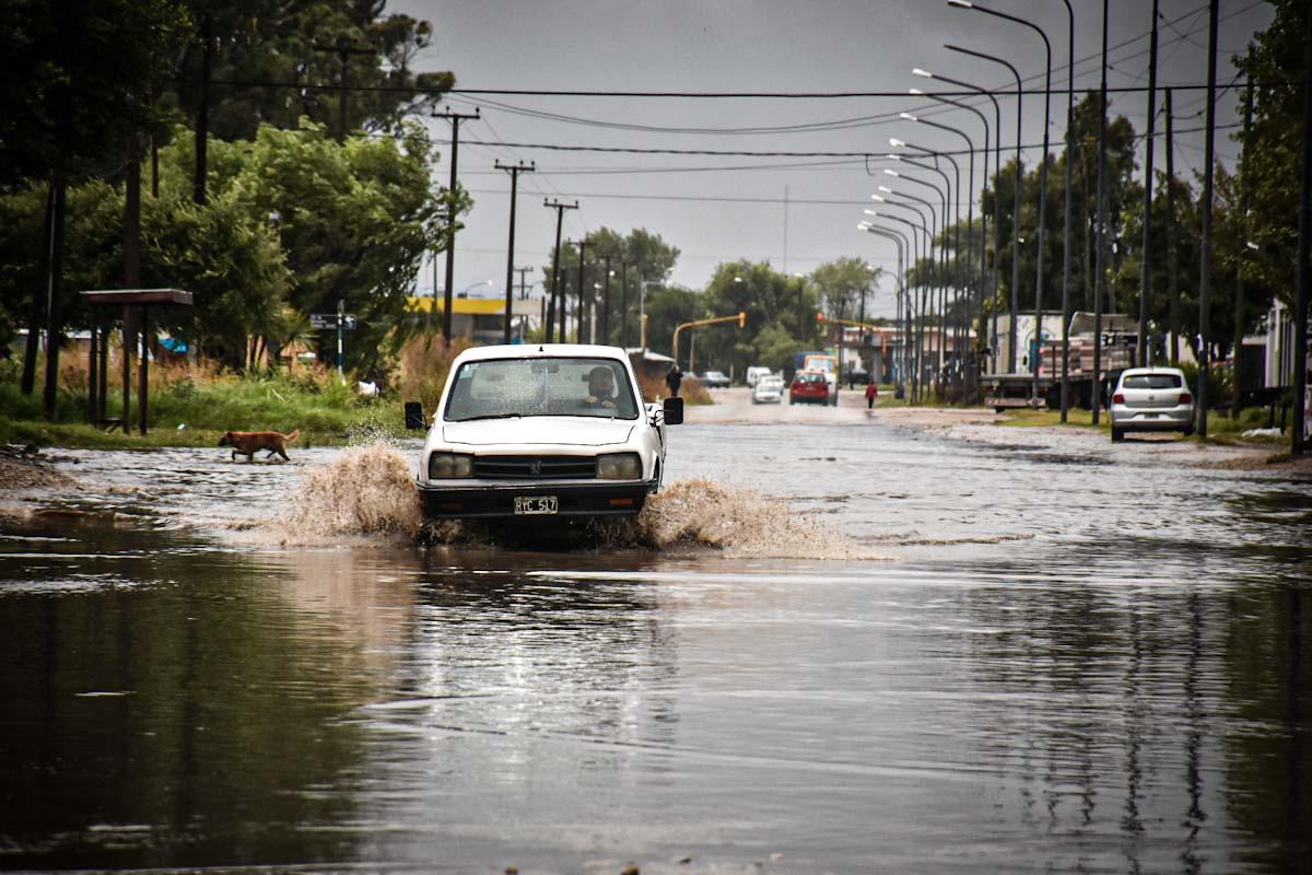 Calles anegadas en distintos puntos por la fuerte lluvia en Mar del Plata