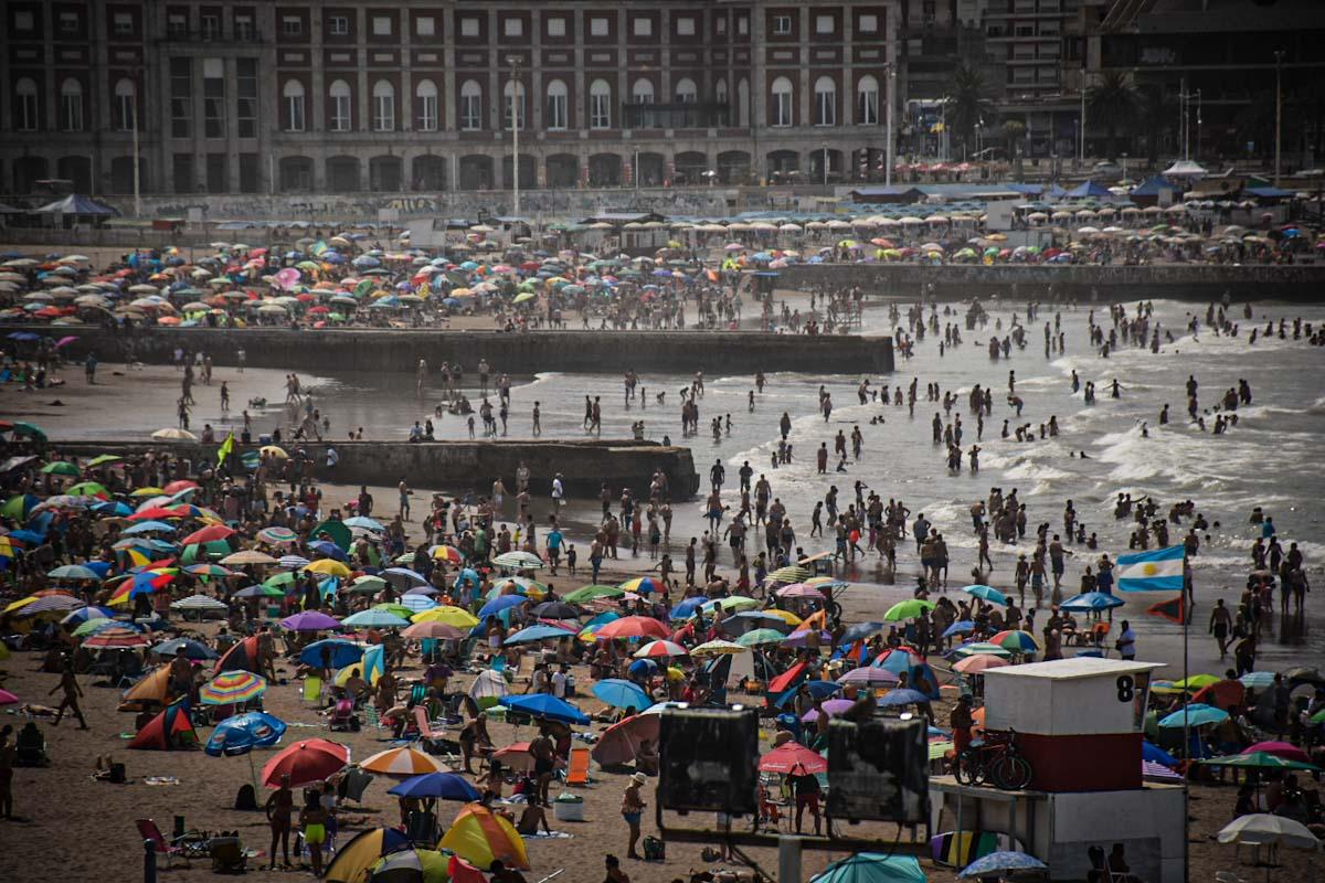 Mar del Plata en pandemia: playas pobladas en el caluroso primer domingo del año
