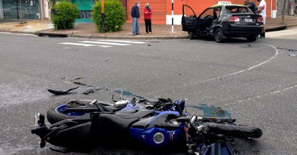 Un taxista alcoholizado chocó a una moto en Colón y Funes