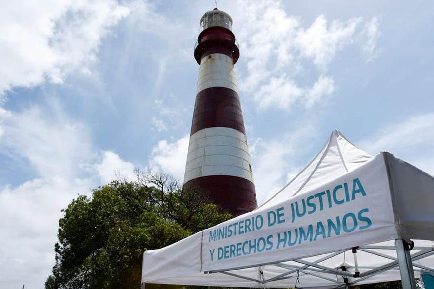 """""""Verano con derechos"""": una oficina para hacer trámites en el Faro de la Memoria"""