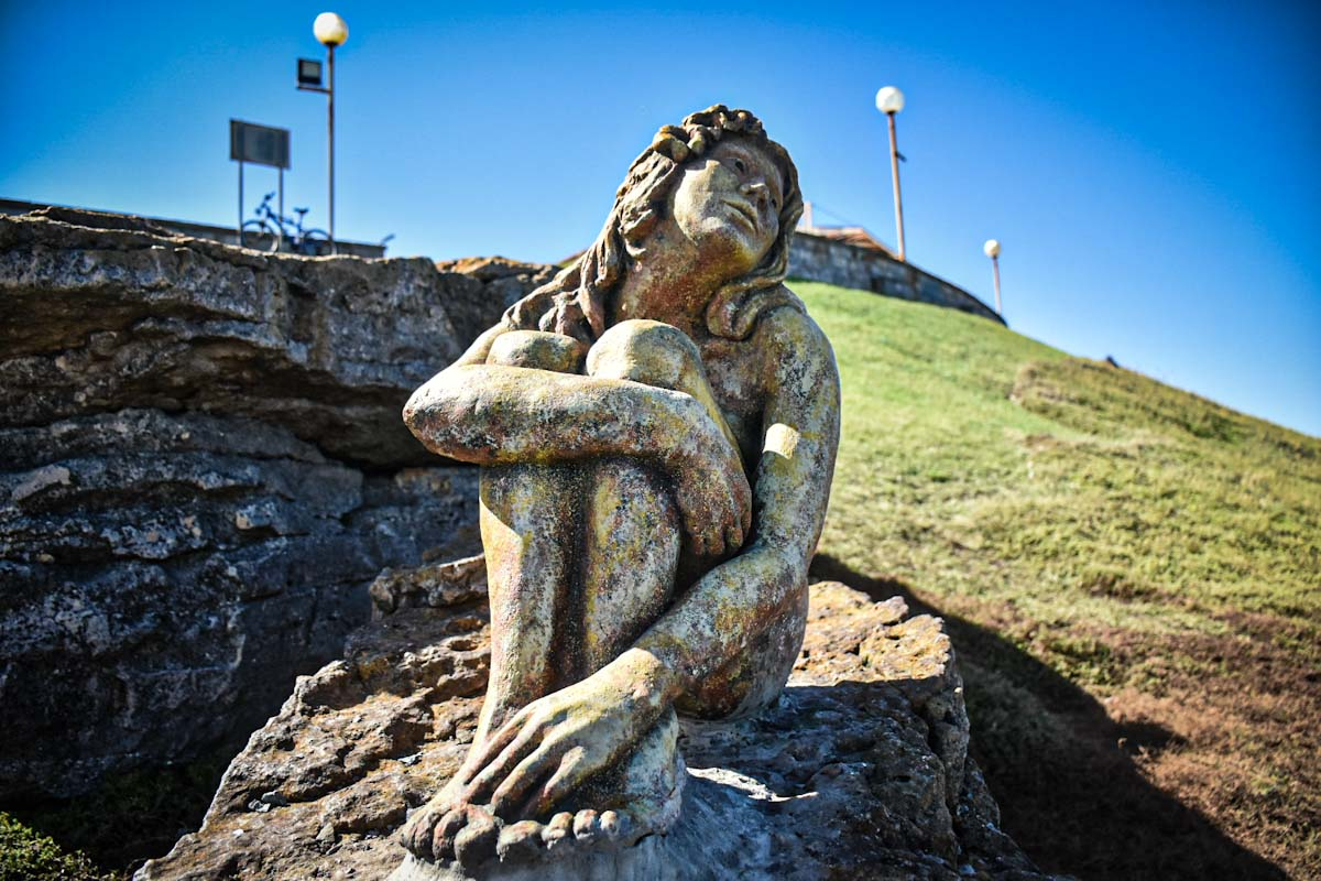 La Municipalidad encontró al autor de la misteriosa escultura de Playa Chica