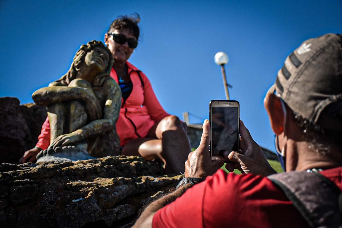 La escultura instalada en Playa Chica será donada a la Municipalidad