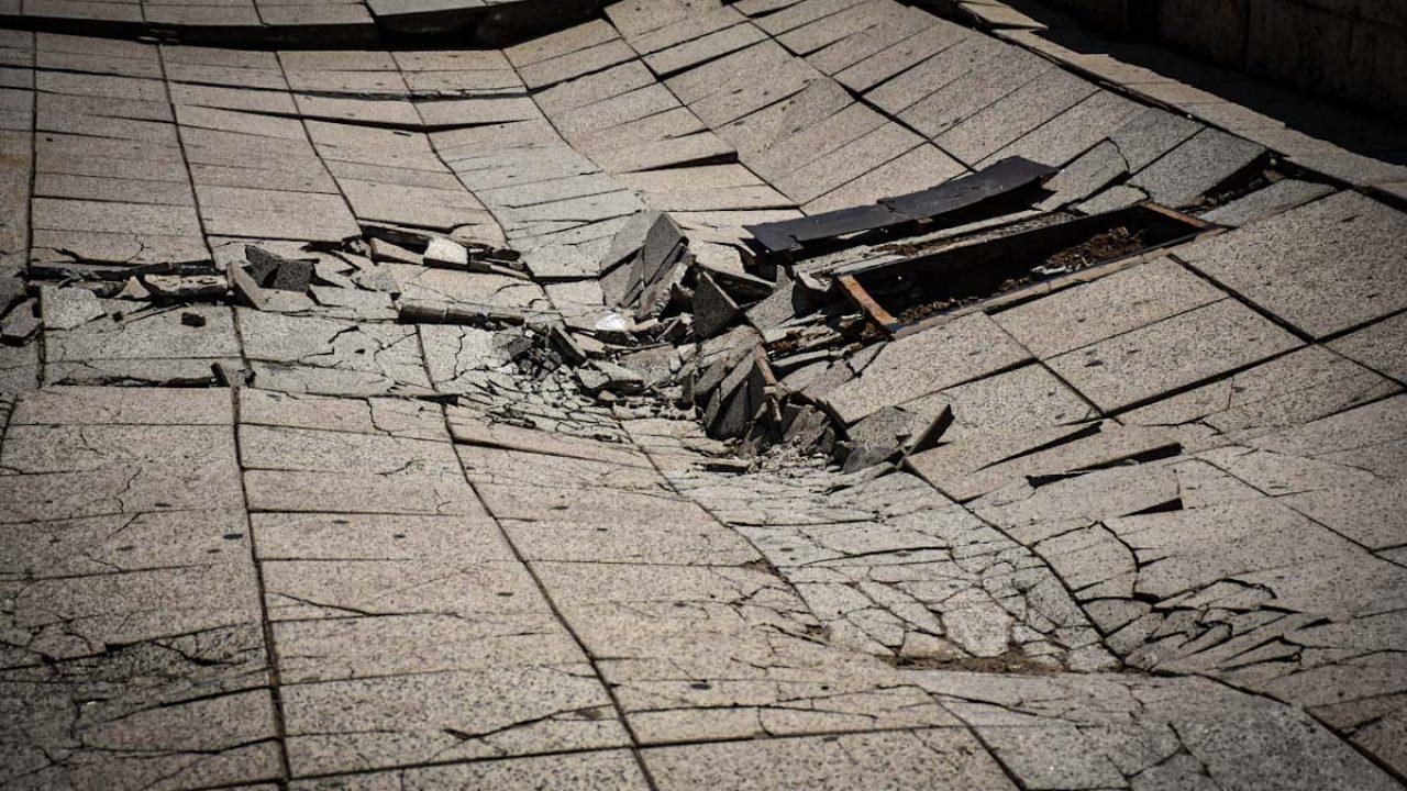 Resultado de imagen para CAMION HUNDIDO PARTE del piso en mar del plata