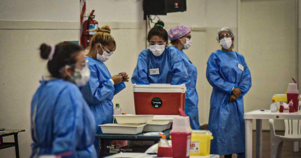 Segundo día del operativo de vacunación en dos escuelas y en la sede de IOMA