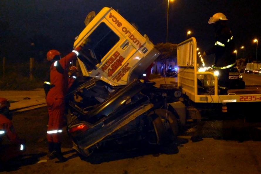 Dos personas murieron tras un choque entre un camión y un auto