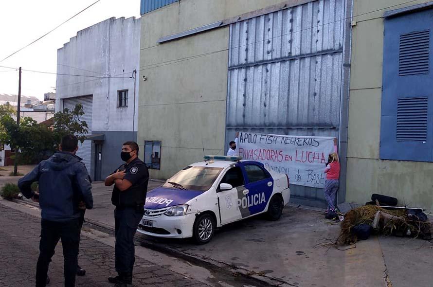 Apolo fish: sigue el acampe y mandaron a la Policía a uno de los accesos