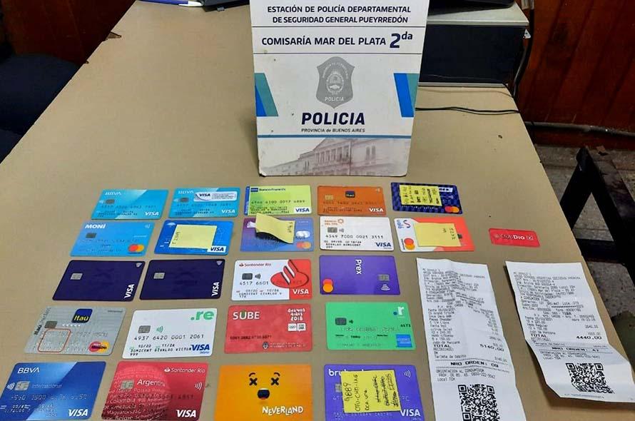 Detienen por estafa a dos hombres con 20 tarjetas de crédito y débito clonadas