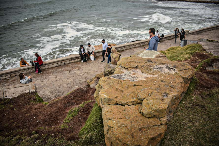 """Apareció otra estatua """"misteriosa"""" en Playa Chica y la Municipalidad la retiró"""