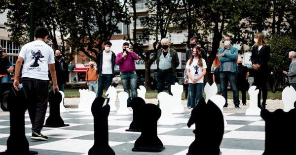 Volvieron las partidas de ajedrez en el tablero gigante de Plaza San Martín
