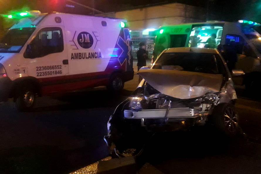Una persona herida tras un choque y vuelco en el barrio San Juan