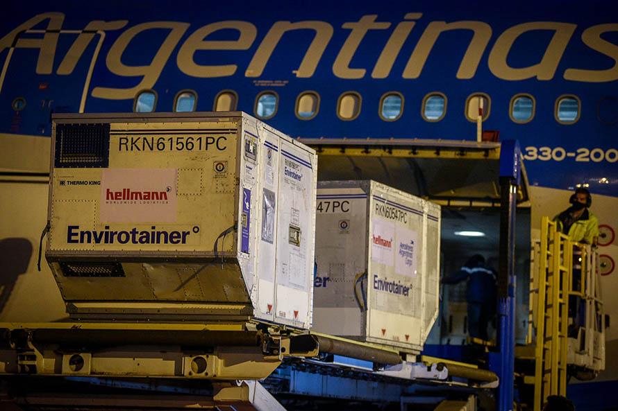 Llegó al país un nuevo avión con un millón de dosis de la vacuna de Sinopharm