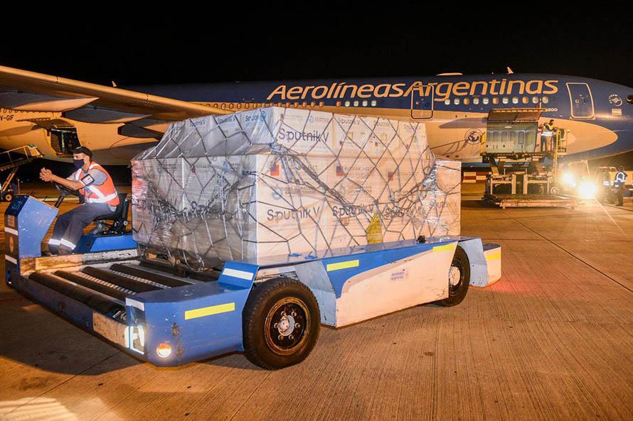 Llegó al país un avión con 800 mil dosis de la vacuna Sputnik V