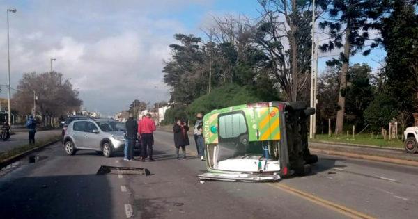 Triple choque y vuelco de una ambulancia en Luro y Leguizamón