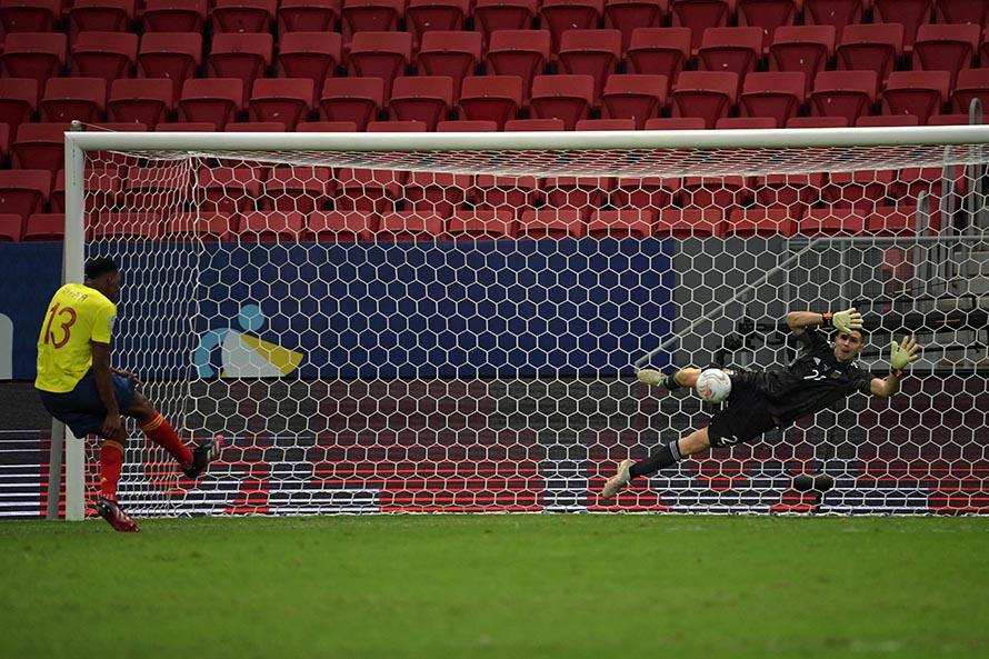 Emiliano Martínez atajó tres penales y fue figura para que Argentina avance a la final
