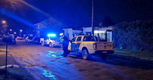 Mataron a puñaladas a un hombre en su casa y detuvieron a su pareja