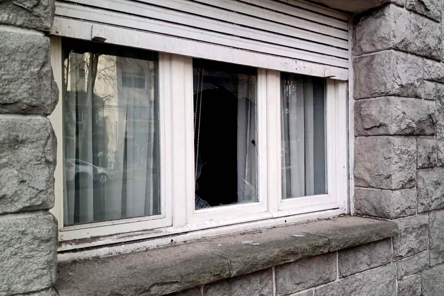Rompió una ventana para asaltar a un hombre de 74 años