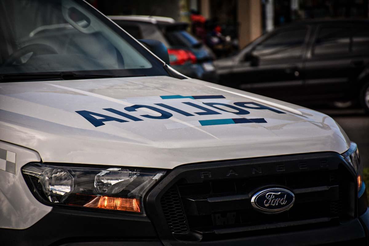 Un policía baleó en el tórax a un joven que apuñaló en la pierna a su compañera