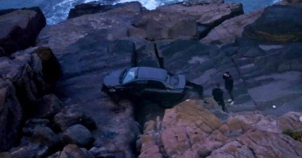 Manejaba por la costa, perdió el control del auto y cayó al vacío: salió ileso