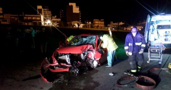 Perdió el control del auto e impactó contra una columna: fue rescatada por los bomberos