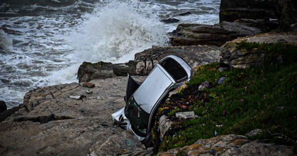 Un auto se despistó y cayó al vacío en la costa: una mujer herida