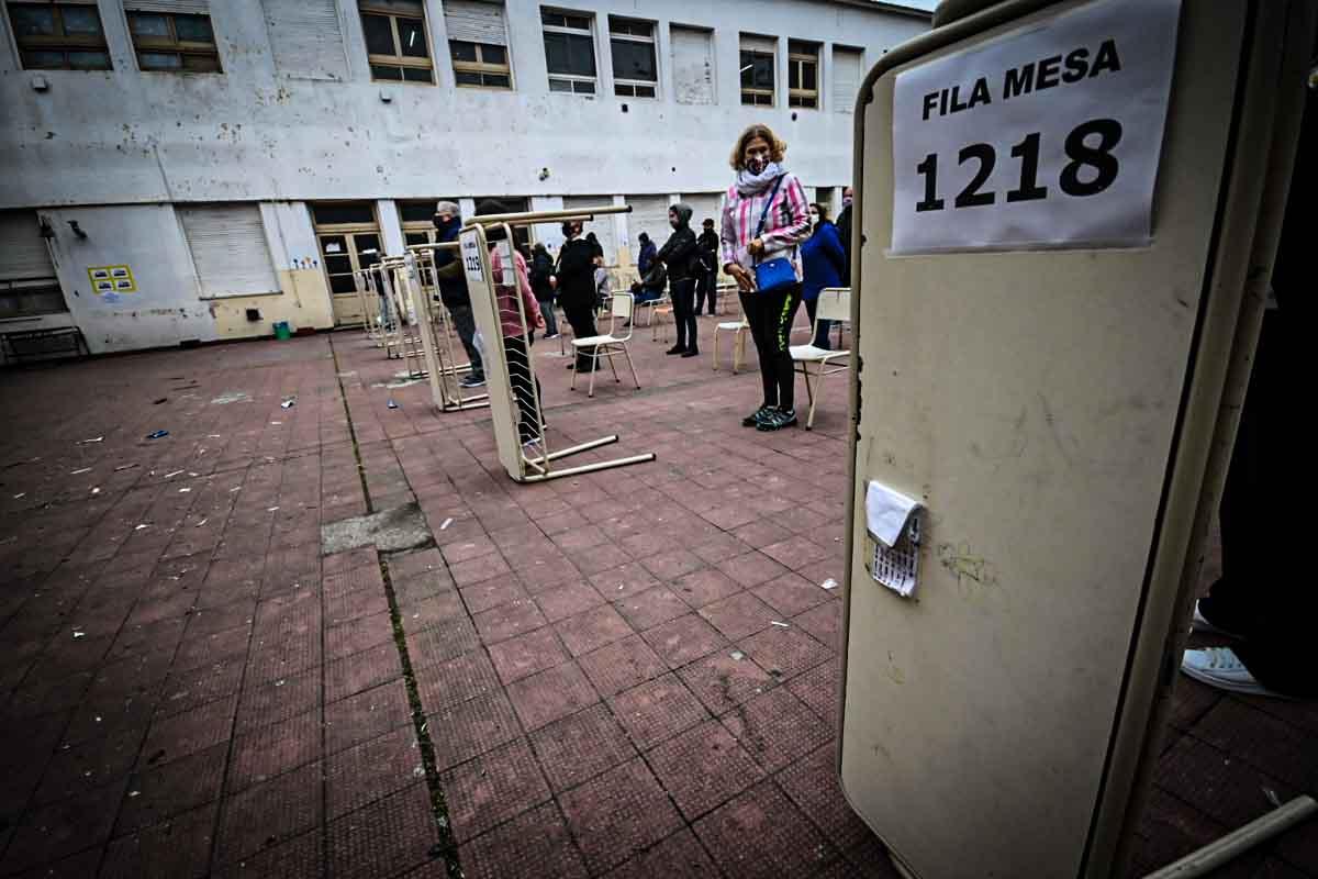 Elecciones con protocolo: filas al aire libre, más espera y algunos cortes de calles