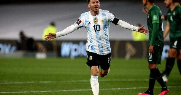 Argentina venció a Bolivia con tres goles de Messi y festejó junto a su público