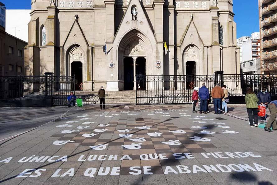 Tras el vandalismo, restauraron los pañuelos de Madres de Plaza de Mayo