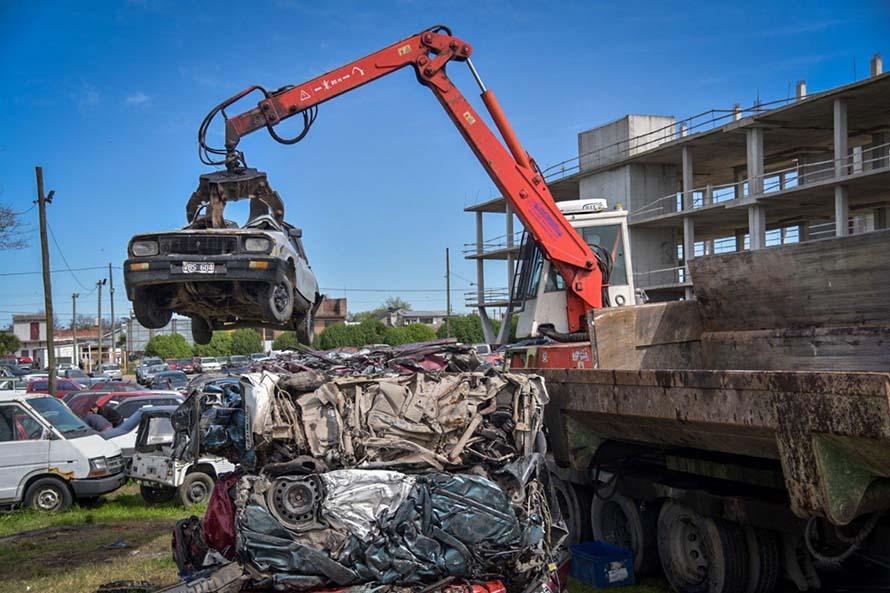 Iniciaron la compactación de más de 2 mil vehículos del playón municipal