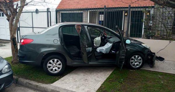 Dos nenes heridos tras un choque entre dos autos en Alsina y Rodríguez Peña