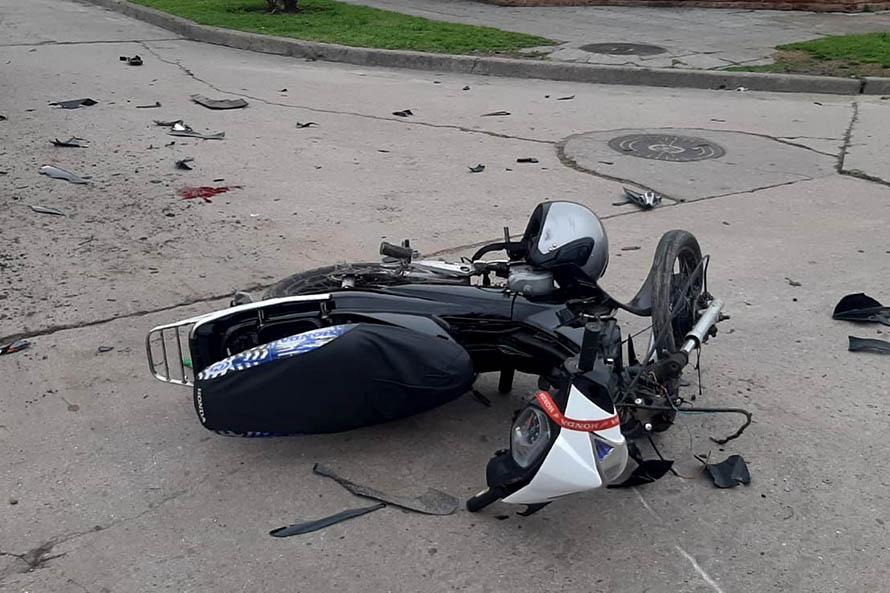 Un joven grave tras un choque entre una moto y una camioneta