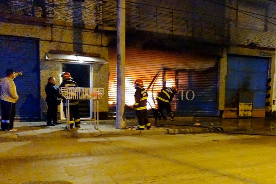 Se incendió un almacén naval en el puerto y evacuaron un edificio