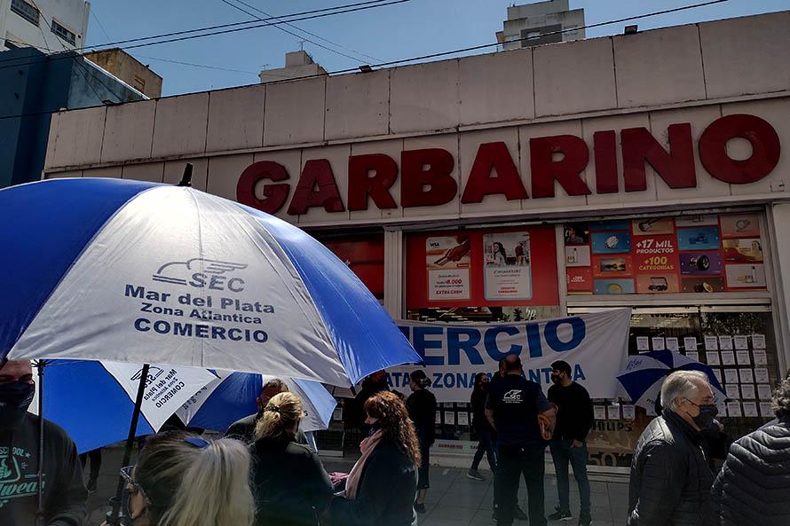 Nueva protesta por salarios adeudados y despidos en Garbarino y Compumundo